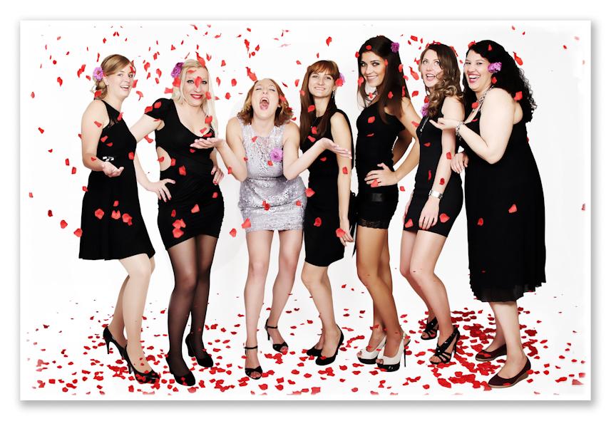 7 Frauen schauen lachend in die Kamera