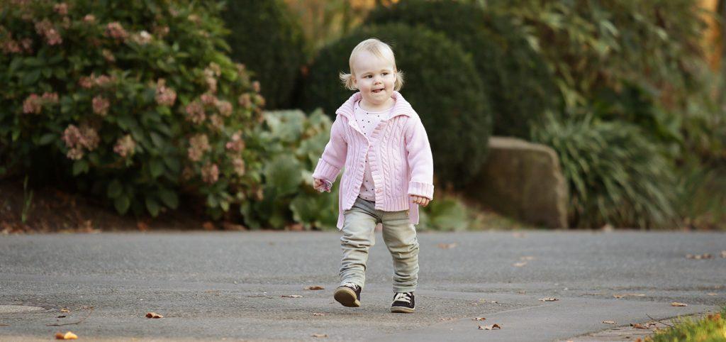 Kinderbilder kleines Mädchen im Park Kinderfotos Outdoor Fotoshooting Fotograf in Dortmund