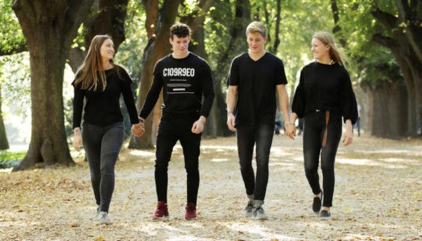 Teenager Portraits und Paarshootings Dortmund. Hier 4 Teenager laufen und unterhalten sich. Fotostudio nahe der Innenstadt.