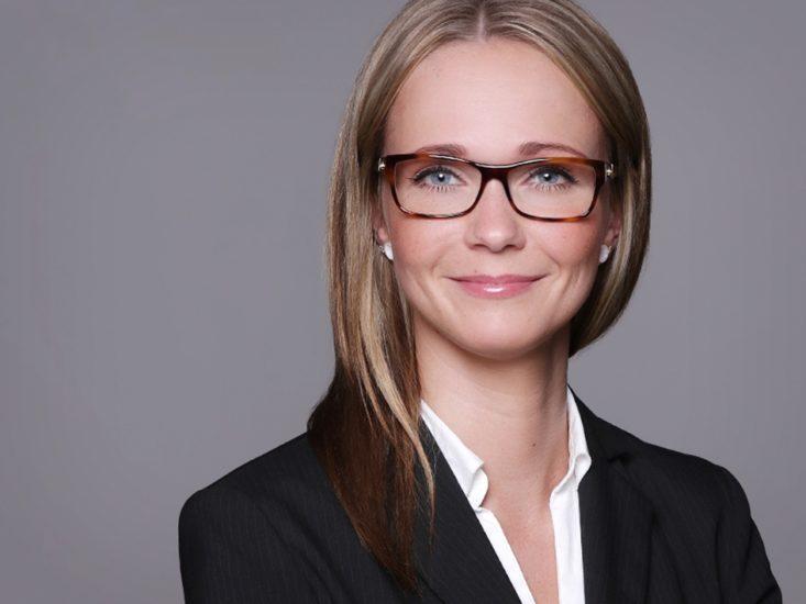 Professionelle Headshot Fotografie mit Zeit in gemütlichem Fotostudio in Dortmund. junge Frau vor grauem Hintergrund Fotografin