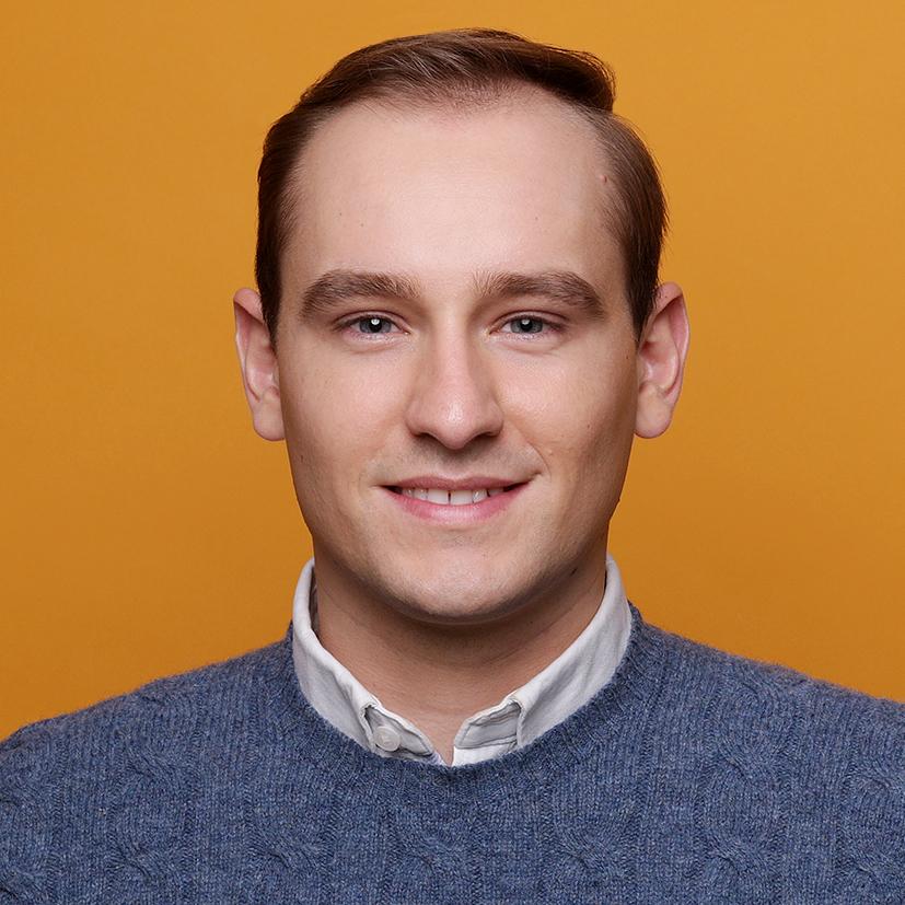 Professionelle Bewerbungsfotos kreative Profilbilder Fotostudio in Dortmund. Junger Mann vor gelbem Hintergrund