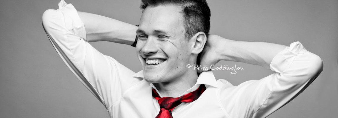 Portraitfoto junger Mann weißes Hemd rote Krawatte schwarz-weiß und Farbe gemischt