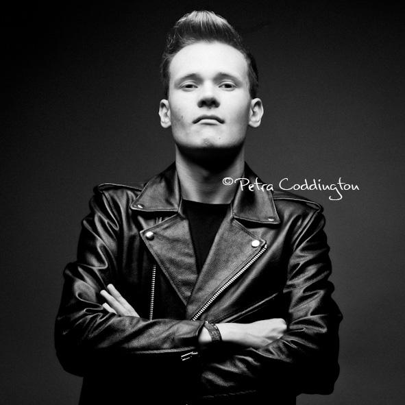 Portraitfoto junger Mann Lederjacke schwarz-weiß Fotografin Dortmund