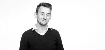Bewerbungsfotos junger Mann im Pullover sw schwarz-weiß