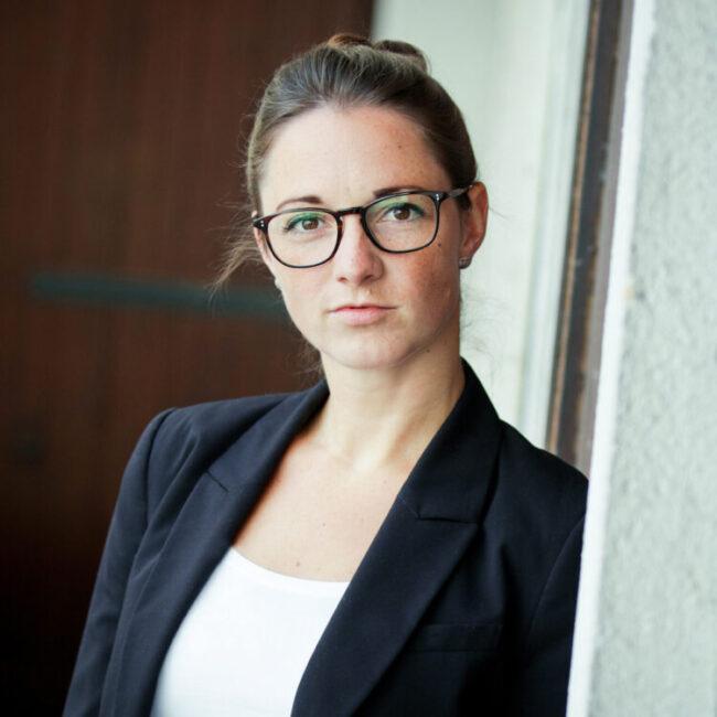 Bewerbungsfotos Profilbilder junge Frau an Wand