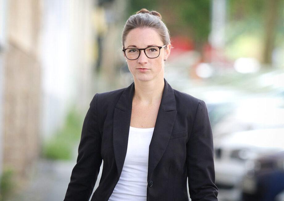 Bewerbungsfotos Profilbilder Dortmund junge Frau vor unscharfem Hintergrund
