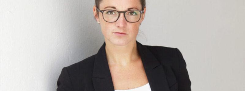 Bewerbungsfotos Profilbilder Dortmund Frau an heller Wand