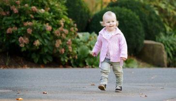 Kinderfotos kleines Mädchen im Park