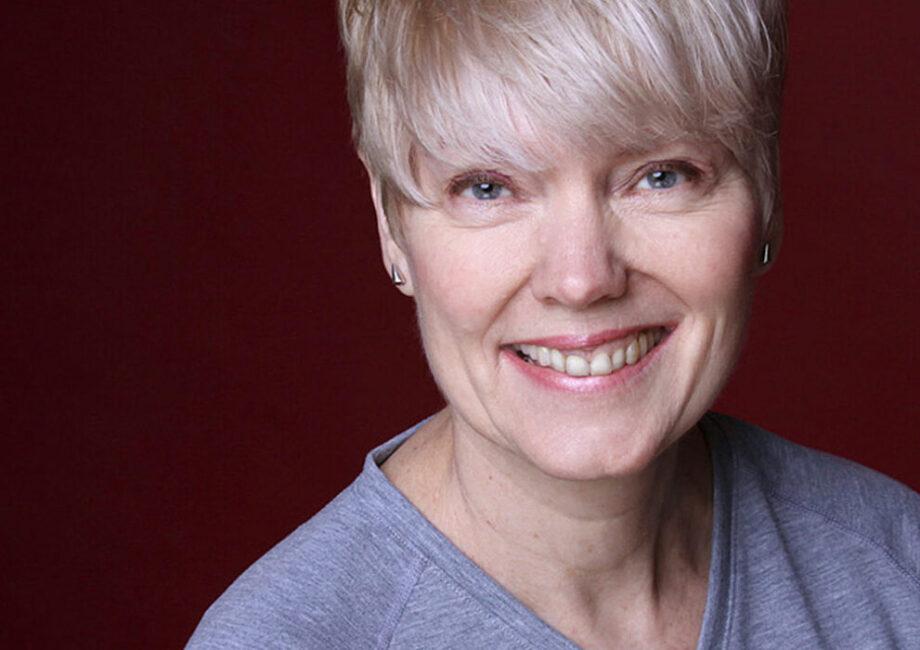 Bewerbungsfotos professionelle Frau vor rotem Hintergrund