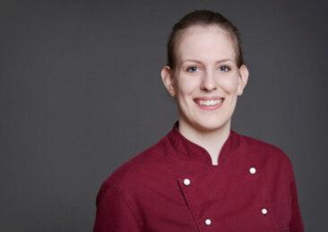 Bewerbungsfotos Frau in roter Kochjacke