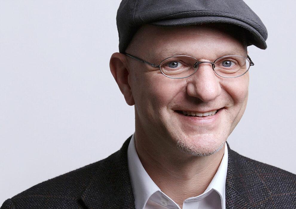 Headshot Mann mit Brille und Mütze