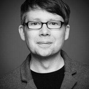 Bewerbungsfotos Mann mit Brille in schwarz weiß