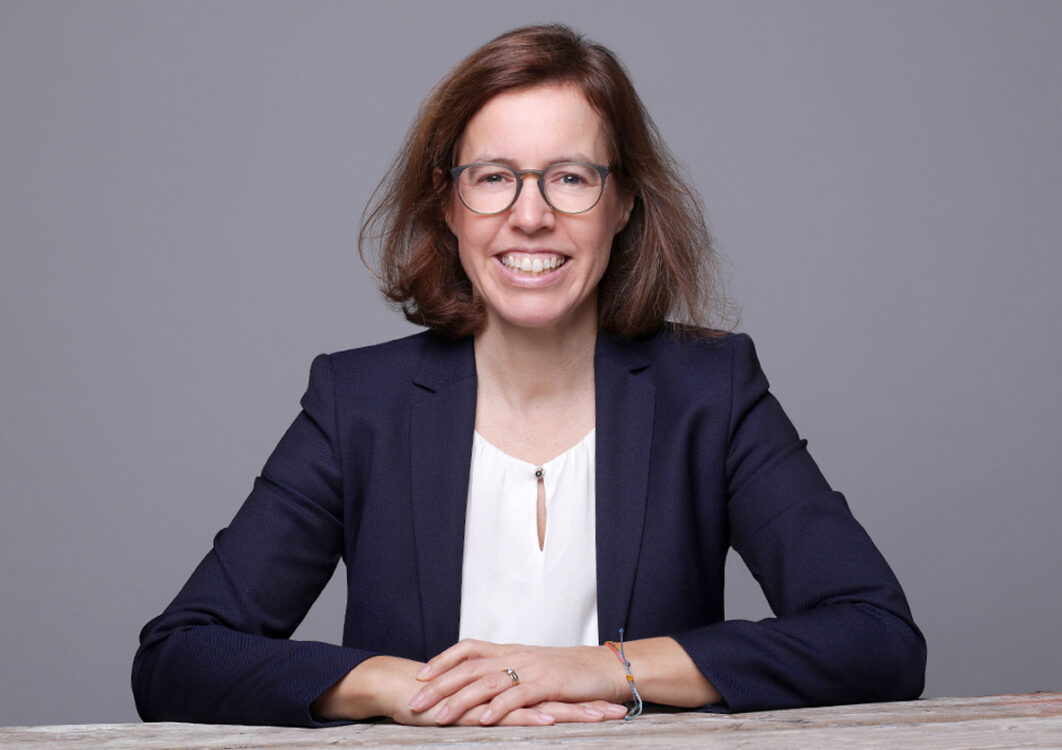 Businessfotos lachende Frau am Tisch