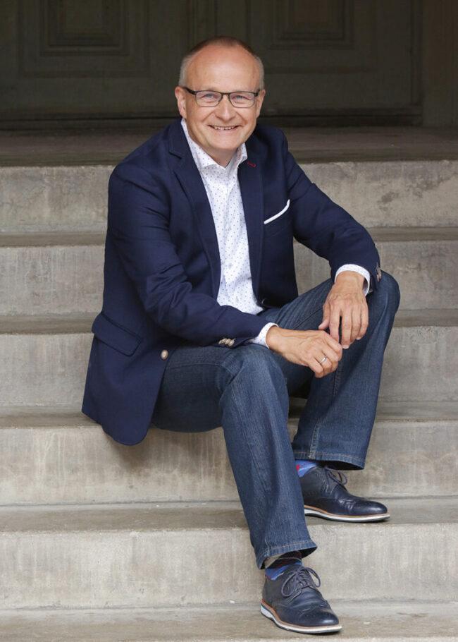 Businessfotos lachender Mann auf Treppe
