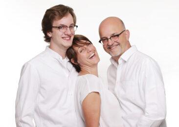 Familienfotos 3 Personen weiß gekleidet lachend