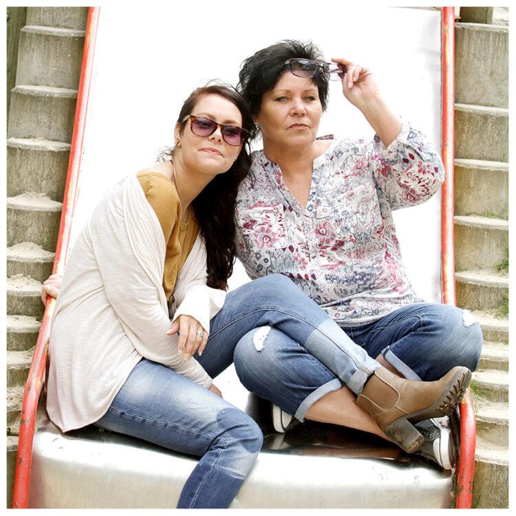 Fotografin Familienfotos 2 Frauen auf einer Rutsche