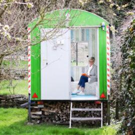 Fotostudio Personal Branding im Garten im Bauwagen