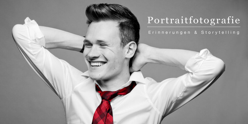 Portraitfotos junger Mann in schwarz-weiß mit roter Krawatte