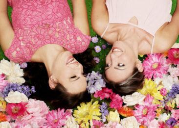Fotografin 2 Frauen auf bunten Blumen