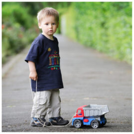 Fotografin Kinderfotos kleiner Junge mit Auto