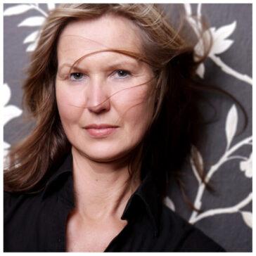 Fotostudio Portraitfotos Frau mit Haaren im Gesicht