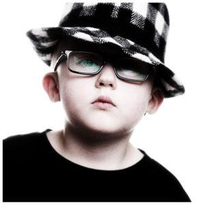 Kinderfotos kleiner Junge mit Brille und Hut