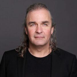 Fotostudio Bewerbungsfoto Mann vor grauem Hintergrund