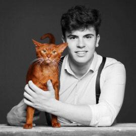 Fotostudio junger Mann mit Katze sw schwarz weiß