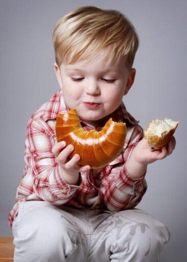 Kinderfotos Junge isst ein Milchhörnchen