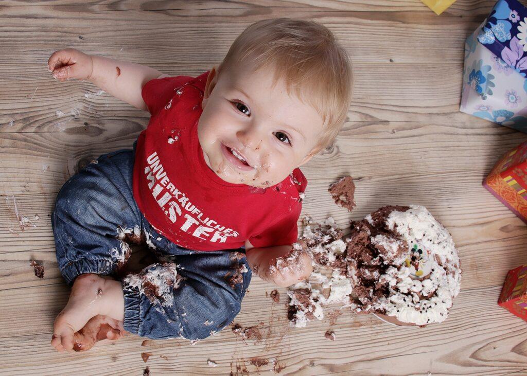 Kinderfotos kleiner Junge von oben Tortenmatsch