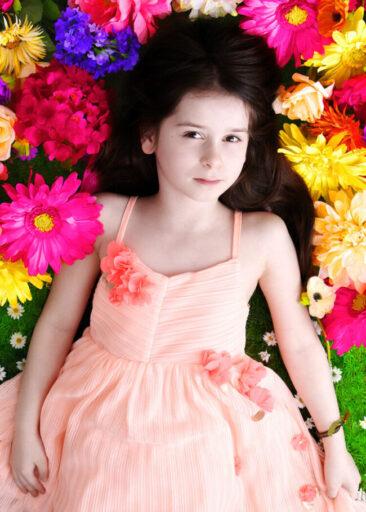 Kinderfotos Vintage Mädchen auf bunten Blumen
