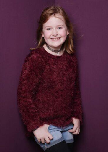 Kinderfotos Mädchen in violettem Pullover