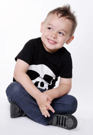 Kinderfotos Junge im Schneidersitz