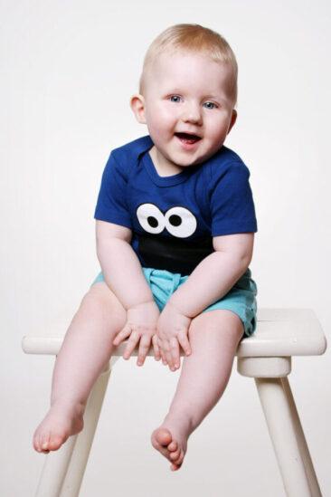 Kinderfotos kleiner Junge auf Hocker