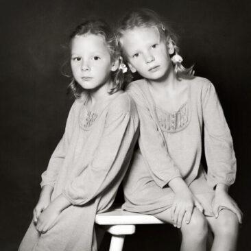 Kinderfotos Zwillinge schwarz-weiß sw