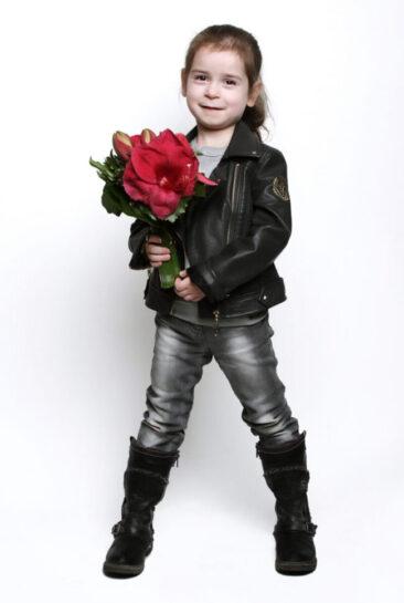 Kinderfotos Mächden in Lederjacke mit Blumen