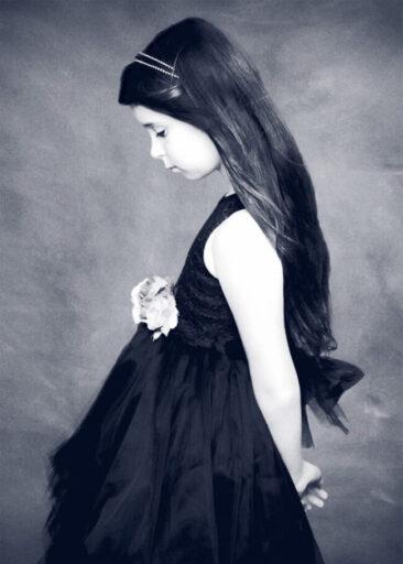 Kinderfotos Vintage Kind von der Seite blau monochrome