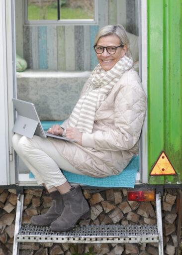 Personal Branding Fotografie Frau vor Bauwagen