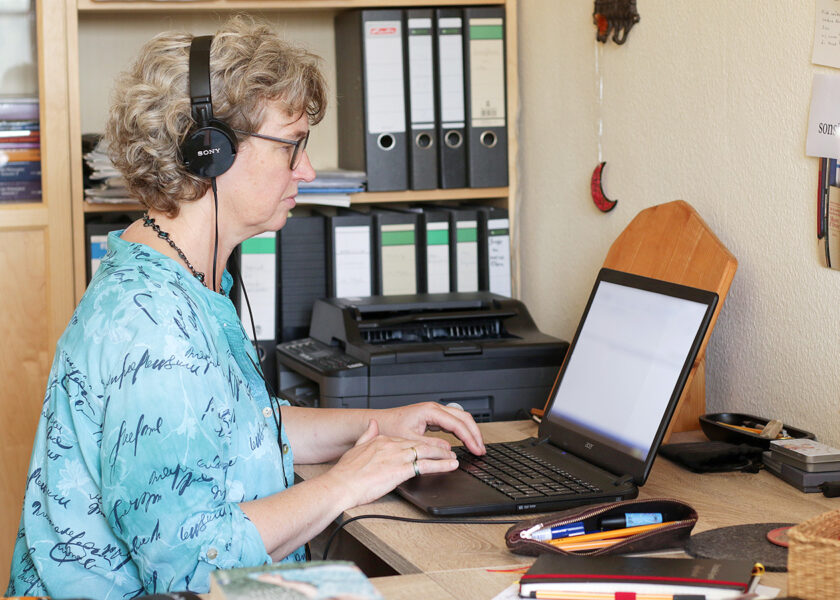 Personal Branding Fotografie Frau mit Kopfhörer am Laptop