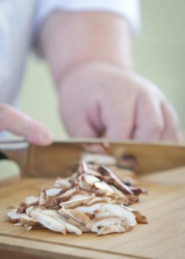 Personal Branding Fotografie Hände schneiden Pilze