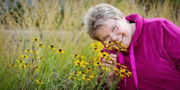 Personal Branding Fotografie Frau schnuppert an Blumen