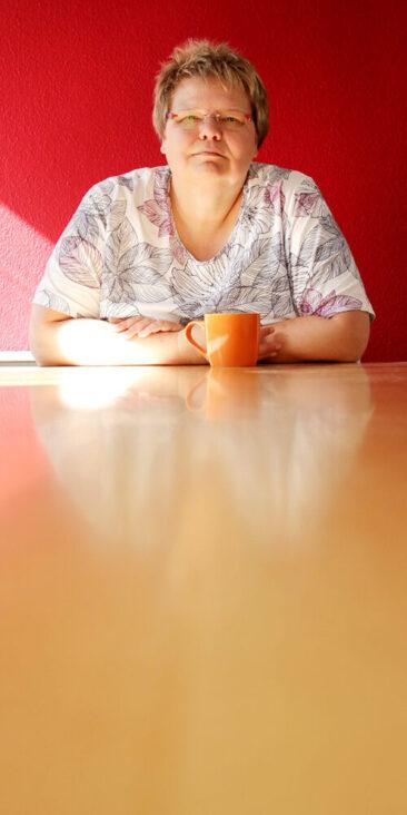 Personal Branding Fotografie Frau am Tisch
