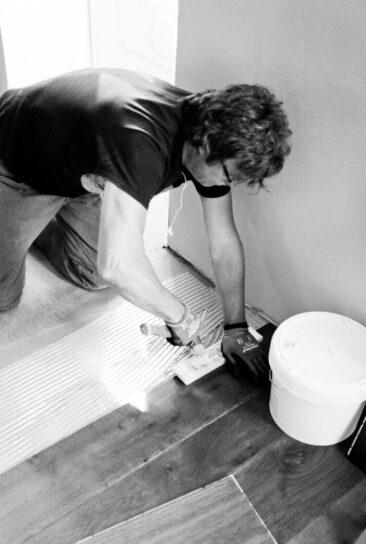 Personal Branding Fotografie Mann mit Hammer schwarz weiß sw