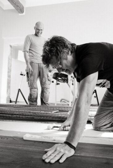 Personal Branding Fotografie 2 Männer bei der Arbeit schwarz weiß sw