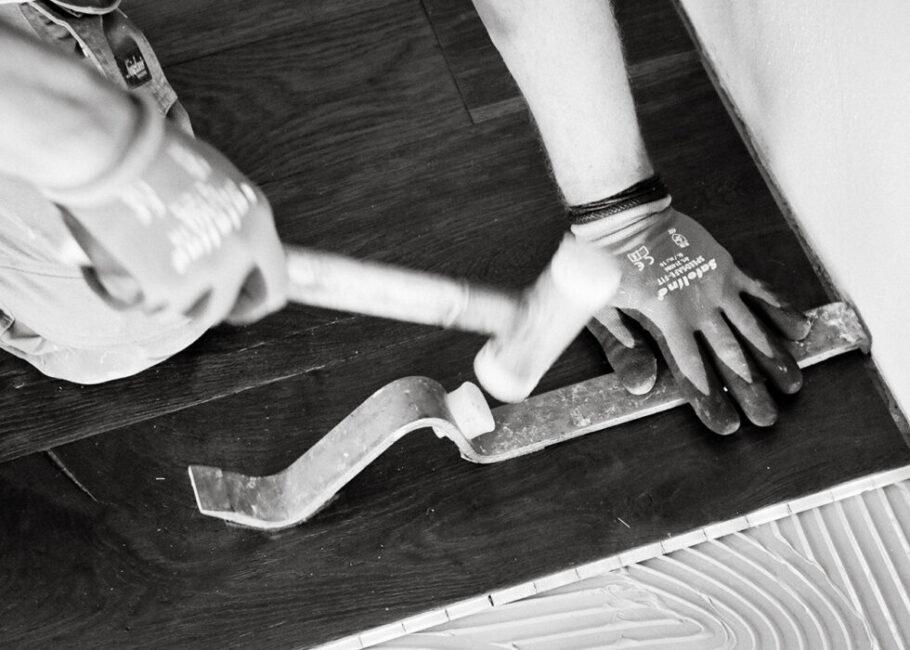 Personal Branding Fotografie Hand mit Hammer schwarz weiß sw