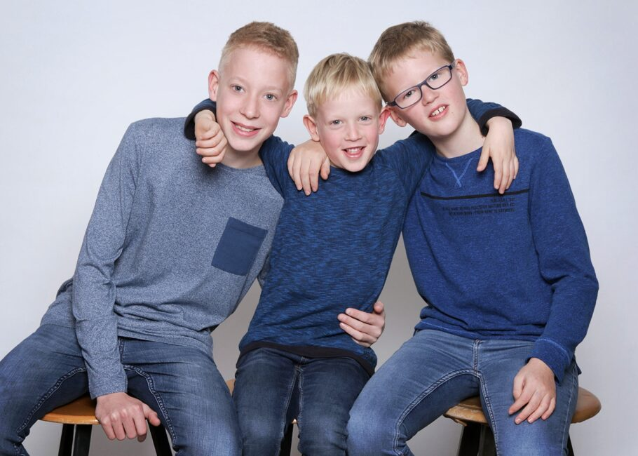 Portraitfotos 3 Jungen blaue Kleidung