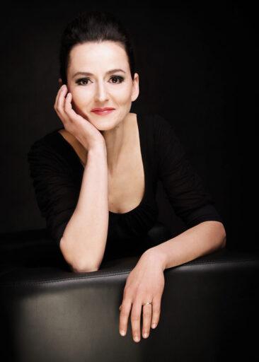 Fotograf Frau in schwarzer Kleidung