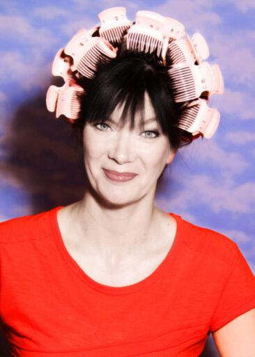 Fotografin Frau mit Lockenwicklern im Haar