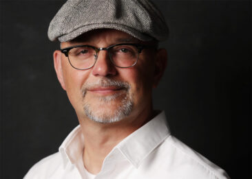 Fotostudio Mann mit Brille und Mütze