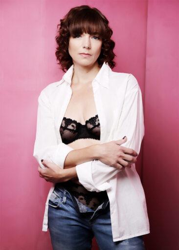 Portraitfotos Beauty Frau vor rosa Hintergrund